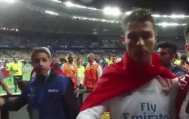 Bị Ronaldo lạnh lùng hất ra khi cố