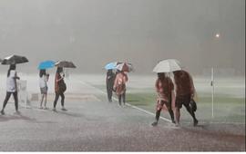 Ấn tượng khoảnh khắc fan nữ cầm ô che mưa cho Bùi Tiến Dũng