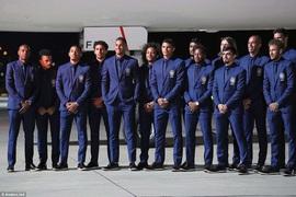 Dàn người đẹp mặc trang phục truyền thống, tặng bánh mì Nga cho Neymar và các cầu thủ Brazil